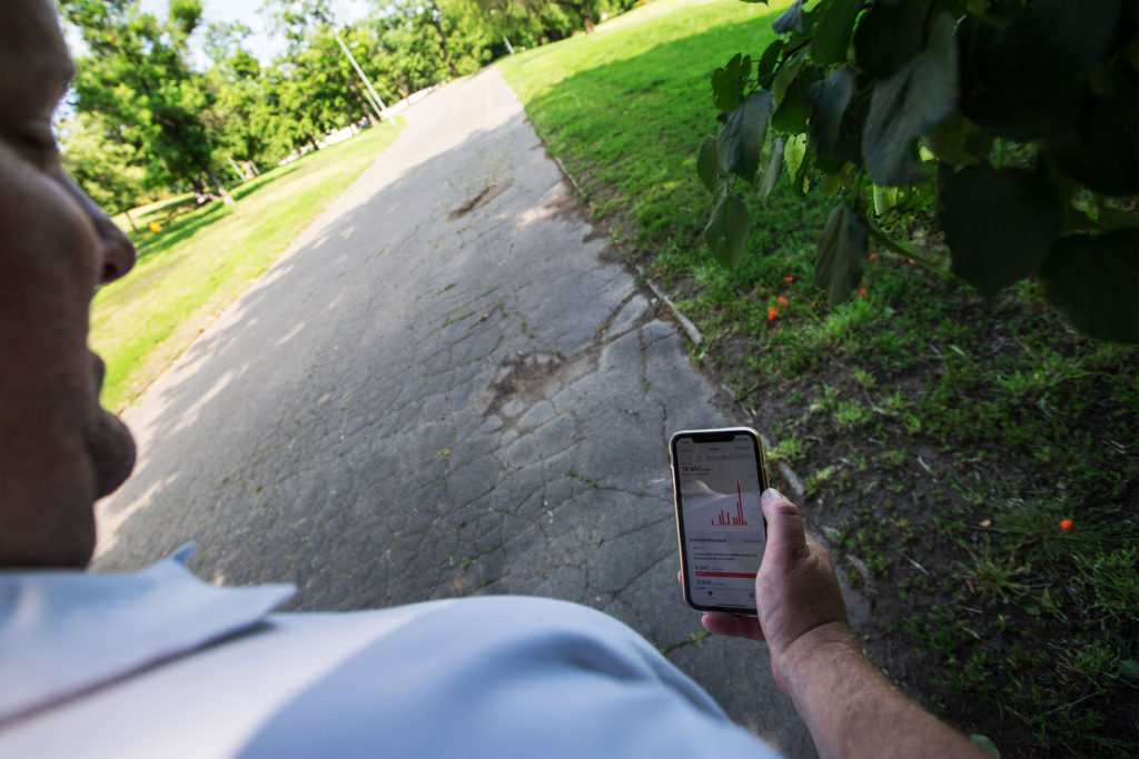 """""""Chodím teď daleko víc, však se sami podívejte,"""" komentuje Jirka počty kroků ve svém telefonu."""
